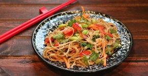 Soba_noodles_with_Thai_peanut_sauce_dressing.JPG